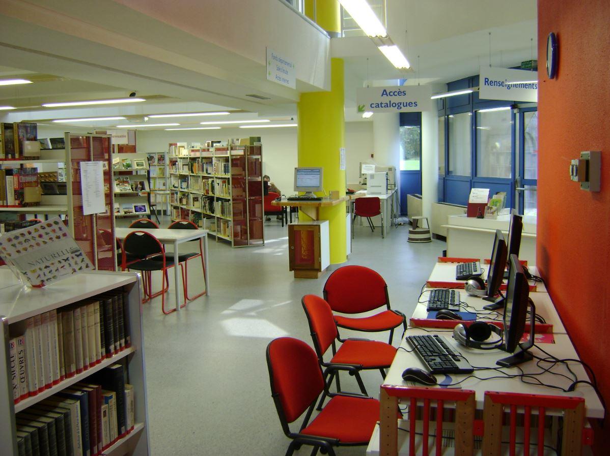 Espace de travail de la médiathèque Vailland